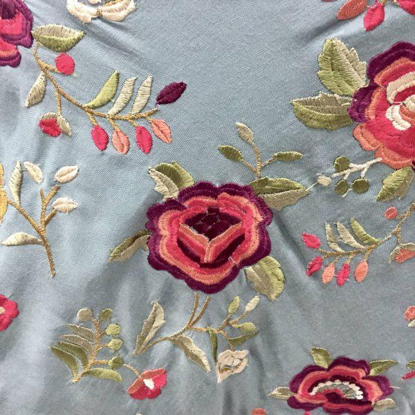 Mantoncillo bordado moda flamenca